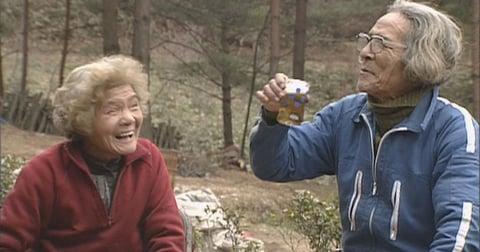 電気も水道もない山奥で暮らす老夫婦が、テレビクルーを大いに焦らせた出来事